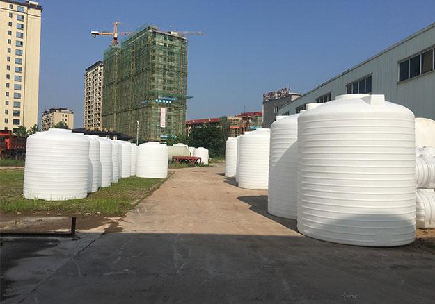 PE儲罐廠家告訴您生產工藝流程、生產材料的選擇以及PE儲罐的吊裝出貨方法、安裝以及使用流程、如何清洗等!