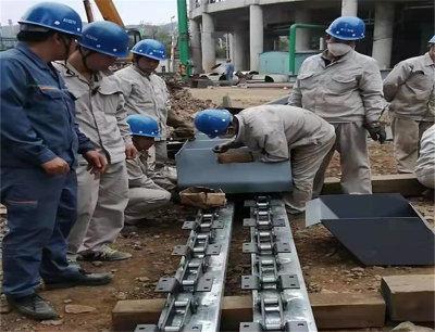工人在電廠進行設備組裝