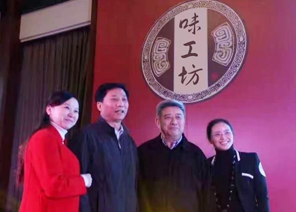 羅學艷和中國白酒協會王琦會長(左二)中國食品協會張勝明會長(左三)