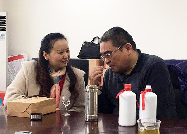 羅學艷四川釀酒科研所王一駒所長(左二)